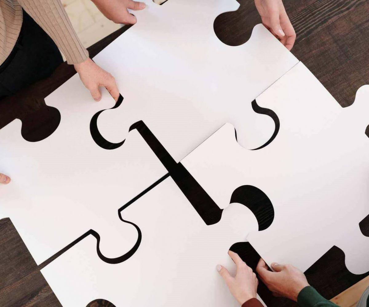 Vier gehaltene Puzzleteile